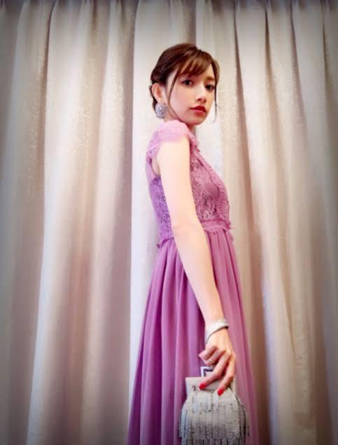 後藤真希さんはラベンダーカラーのドレスで上品に